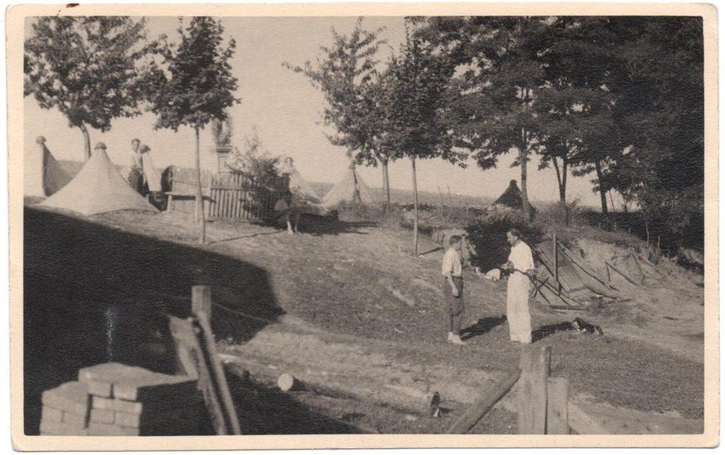Stanový tábor v Terni, okr. Prešov, ľavý je asi pán Kabát, pravý prof. Vojtech Budinský-Krička.