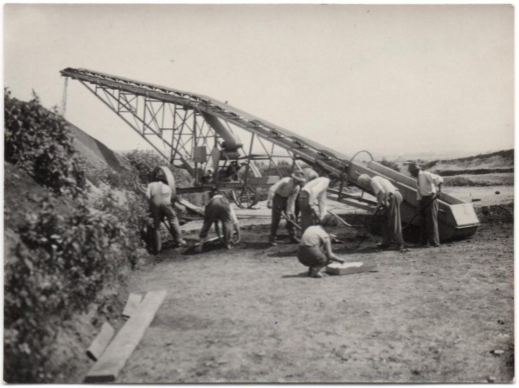 Foto s transportérom výkopku z r. 1954 z Barce a to čo čupí vpredu som vraj ja (t.č. slečna Lamiová).